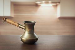 在木桌面和现代厨房的葡萄酒铜cezve作为显示的背景或蒙太奇您的咖啡产品 库存图片