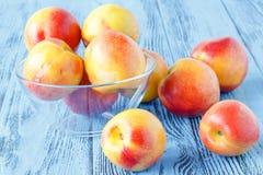 在木桌,关闭上的成熟甜油桃 免版税库存照片