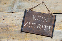 在木桌,德国文本,概念上的生锈的金属标志没有词条 库存图片