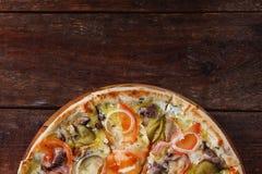 在木桌,自由空间上的新鲜的意大利薄饼 免版税库存照片