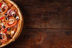 在木桌,自由空间上的热的开胃薄饼 图库摄影