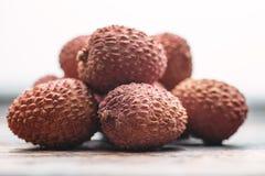 在木桌,荔枝, lychee果子细节上的Lichee 免版税库存图片