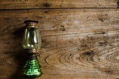 在木桌,葡萄酒颜色样式,老生锈的煤油的油灯 库存照片