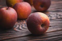 在木桌,选择聚焦上的红色苹果 免版税库存照片