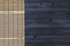 在木桌,顶视图上的竹席子 免版税库存图片