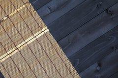 在木桌,顶视图上的竹席子 库存图片