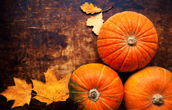 在木桌,顶视图图象的秋天南瓜 秋天背景特写镜头上色常春藤叶子橙红 库存图片