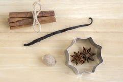 在木桌, Xmas香料收藏、桂香、肉豆蔻、香草荚和茴香星,金属切削刀的圣诞节安排 图库摄影