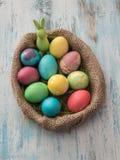 在木桌-选择聚焦的复活节彩蛋 库存照片