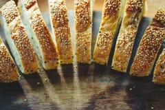 在木桌backg的新整个五谷面包或黑麦面包切片 库存照片