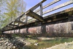 在木桥梁的咯吱咯吱声间 库存图片