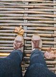在木桥梁的结构间 免版税库存照片