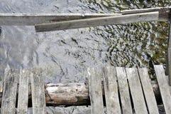在木桥梁老的河间 库存照片
