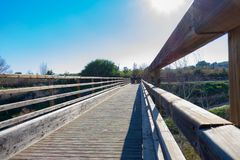 在木桥的消失的线 免版税库存照片