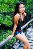 在木桥的年轻美丽的女孩画象在美洲红树森林里 免版税库存图片