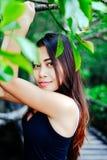 在木桥的年轻美丽的女孩画象在美洲红树森林里 库存照片