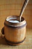 在木桶的盐与匙子 免版税库存图片