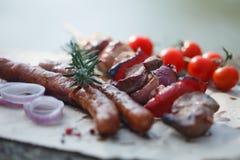 在木棍子和香肠的烤串 免版税库存照片