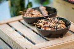 在木棍子的用卤汁泡的桃红色红色未加工的牛肉肉kebabs 库存照片