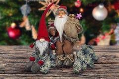 在木棕色委员会的圣诞节抽象装饰 库存照片