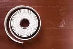 在木棕色桌上的白色有益健康的密封胶小条 库存照片