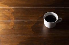 在木棕色背景的咖啡 图库摄影