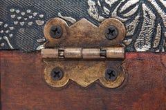 在木棺材的金属铰链 免版税库存照片