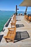 在木椅子的码头之上 免版税图库摄影