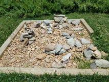 在木正方形的被堆积的石头 免版税库存图片