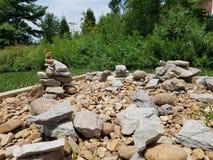 在木正方形的被堆积的石头 免版税图库摄影