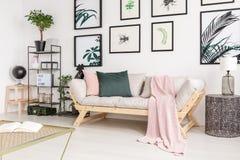 在木沙发的桃红色毯子 免版税库存图片
