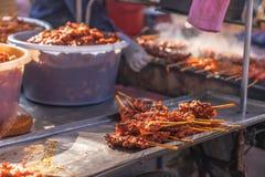 在木炭排档,街道食物泰国的烤鸡串 免版税库存图片