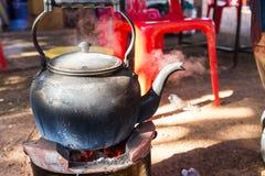 在木炭火炉的水壶 免版税库存照片