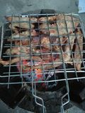 在木炭火烤的猪肉 库存照片