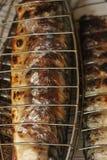 在木炭火特写镜头图象的烤的鲭鱼 免版税库存图片