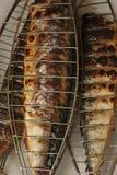 在木炭火特写镜头图象的烤的鲭鱼 库存照片