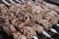 在木炭的Kebabs 库存照片