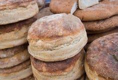 在木烤箱烘烤的罗马尼亚传统面包 库存照片