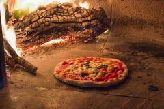 在木烤箱的Margherita薄饼 图库摄影