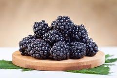 在木牌照的黑莓 图库摄影
