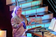 在木琴和小手鼓的妇女戏剧 库存照片