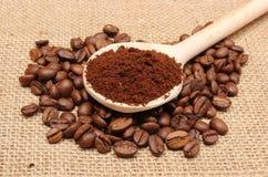 在木瓢和五谷咖啡的碾碎的咖啡 免版税图库摄影