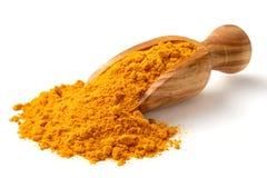 在木瓢的姜黄粉末,隔绝在白色 图库摄影