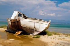在木瓦海滩,哈尔基季基州希腊的一条老小船 图库摄影