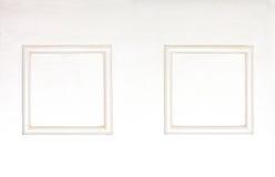 在木白色的空白的照片框架clolred墙壁 免版税库存照片