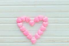 在木白色的背景的桃红色心脏 库存照片