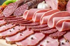 在木白色背景的熏制的肉 库存图片