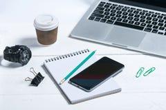 在木白色背景的现代企业工具 库存图片