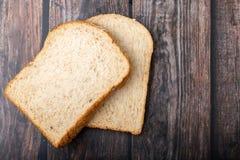 在木的全麦面包 免版税库存图片