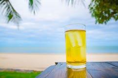 在木的冰镇啤酒在前面泰国的海 免版税库存图片